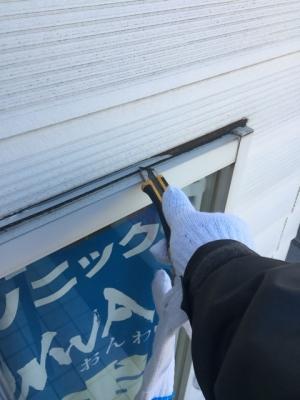 【川口市中青木の店舗の雨漏り修理】介護用品店の壁。折半屋根からの雨漏り修理(1F壁のひび割れからの雨漏り 散水調査)