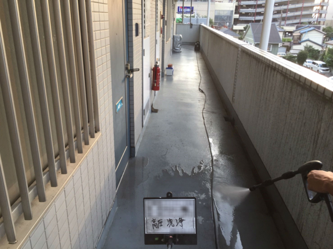 マンションの共用廊下のタキシート張り付け|埼玉県鴻巣市のGマンションにてリフォーム