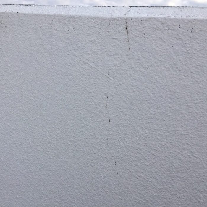 外壁のひび割れによるクラック補修工事(Uカットシール材充てん工法)|埼玉県さいたま市南浦和・Kマンションにて外壁補修
