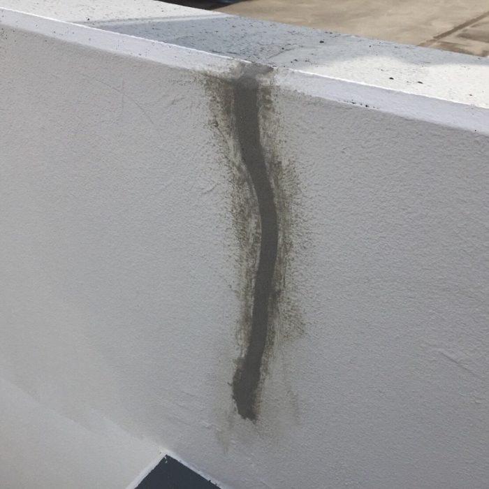 外壁のひび割れによるクラック補修工事