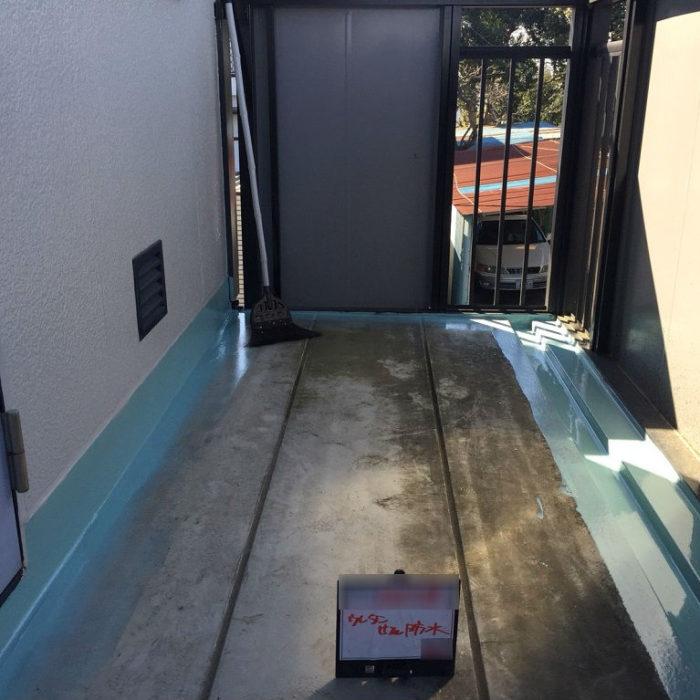 共用廊下の床のシート防水(長尺シートの張り付け)|埼玉県蓮田市・Bアパートにて雨漏り修理