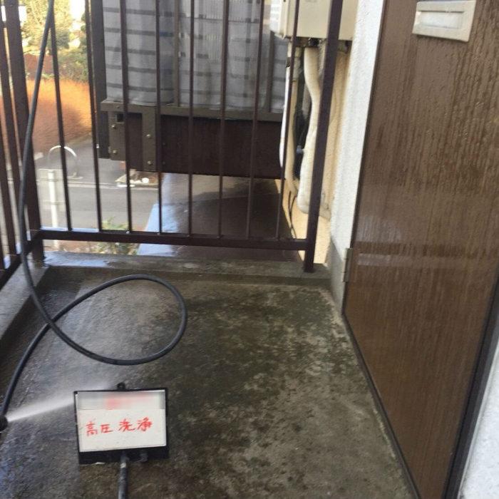 共用廊下の床のシート防水(長尺シートの張り付け)|東京都杉並区の・Mアパートにて雨漏り修理