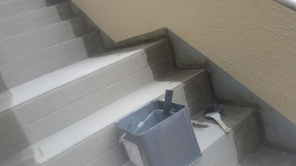外階段の防滑ステップシート(タキステップ)の貼り付け|埼玉県川口市のA様邸にて雨漏り修理