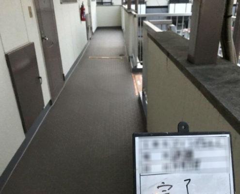 共用廊下の床のシート防水工事(防滑シートの貼り付け)