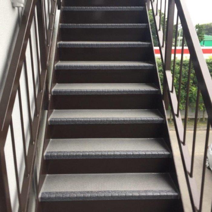 外の鉄骨階段の防滑ステップシート(タキステップ)貼り付け工事|神奈川県相模原市のK運輸事務所にて防水補修工事
