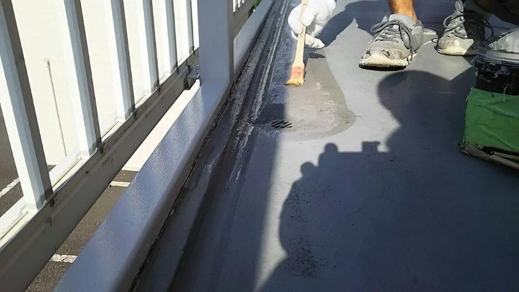 共用廊下のシート防水工事(長尺シートの張り付け)|埼玉県川口市のTアパートにて雨漏り補修