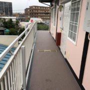 共用廊下のシート防水工事(長尺シートの張り付け)