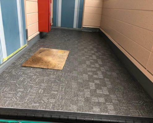 共用廊下の防滑ステップシートの貼り付け工事