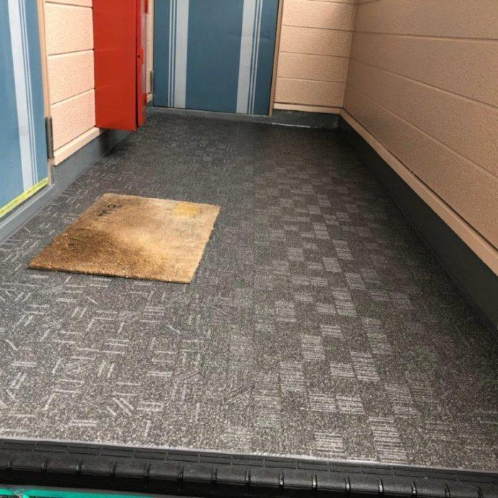 共用廊下に長尺シートの貼り付け工事|埼玉県川口市東川口のEアパートにて防水補修工事