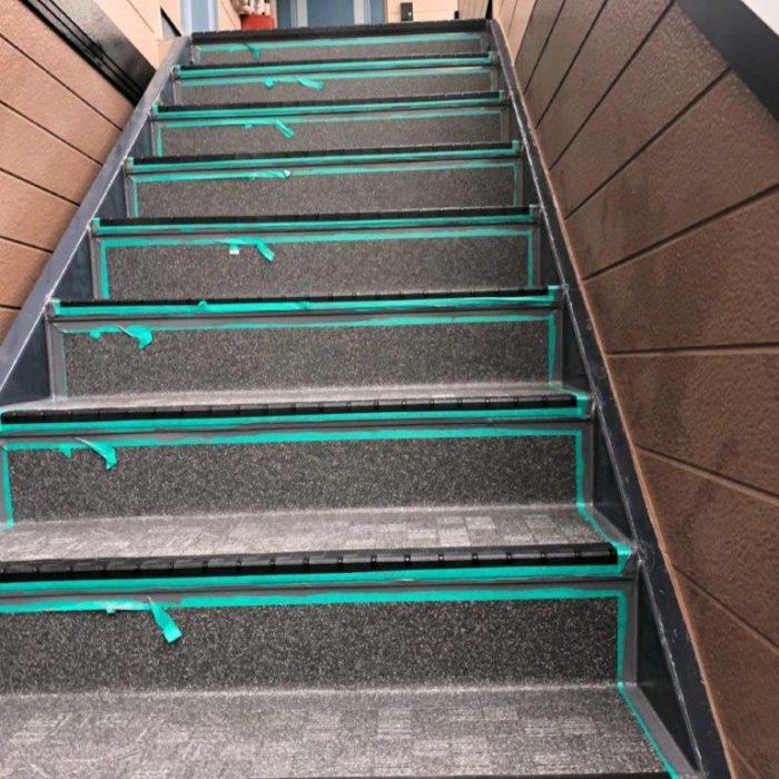 共用階段の防滑ステップシート(タキステップ)の貼り付け工事|埼玉県川口市東川口のEアパートにて防水補修工事