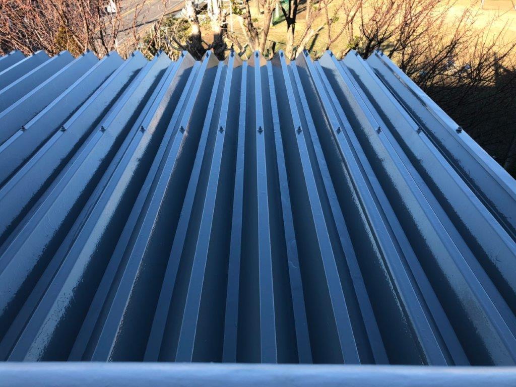 折板屋根のトップコート塗布後