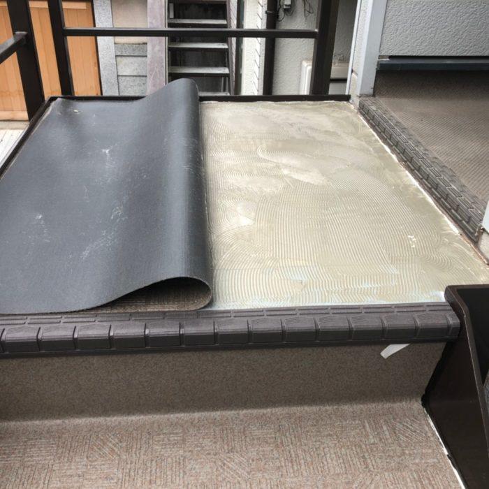 外階段の長尺シートの貼り付け工事|中野区沼袋のNマンションにて防水工事