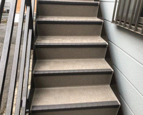 外階段の長尺シート貼り付け