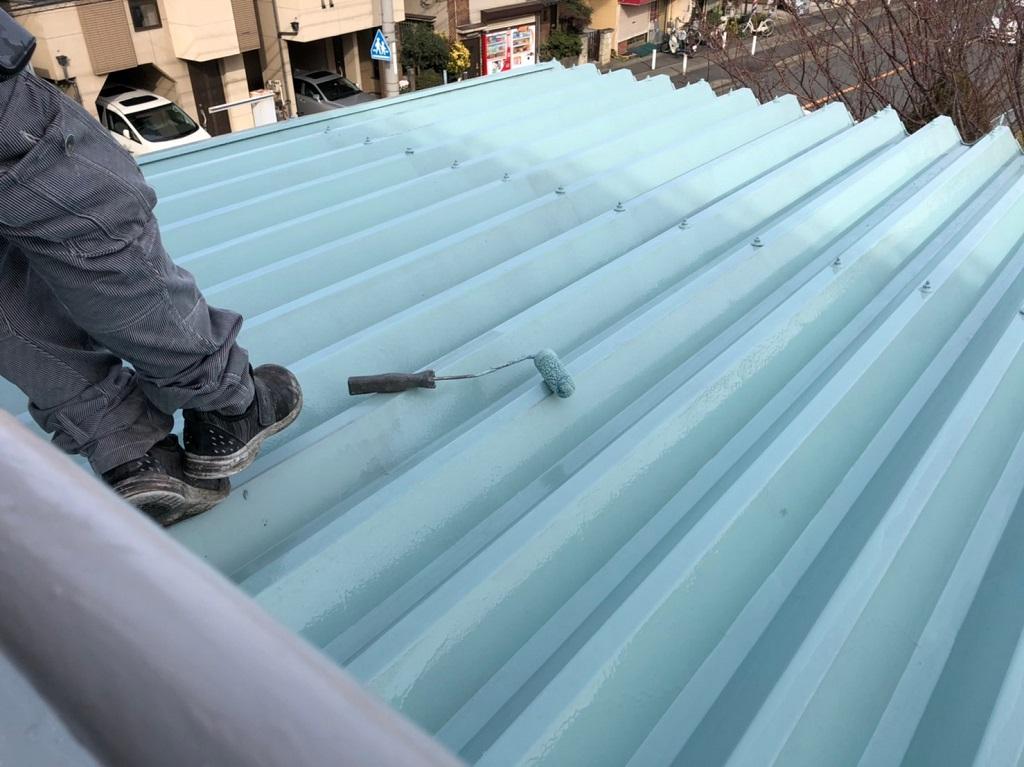 折板屋根のウレタン樹脂2層目の塗装