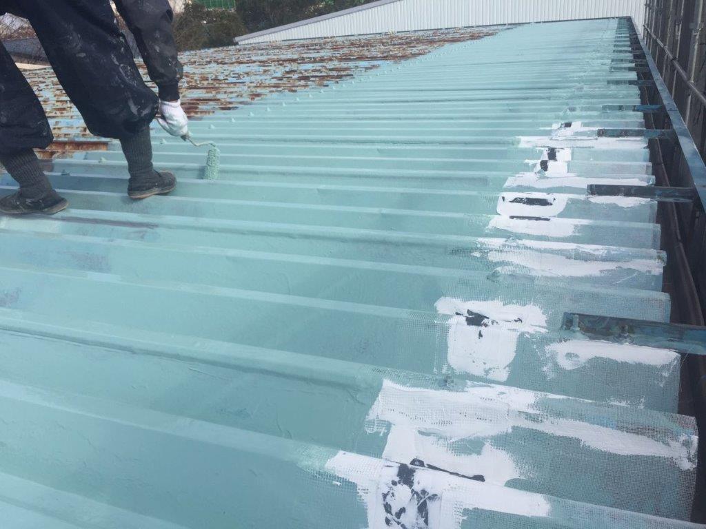 折板屋根の主材2層目の塗装中