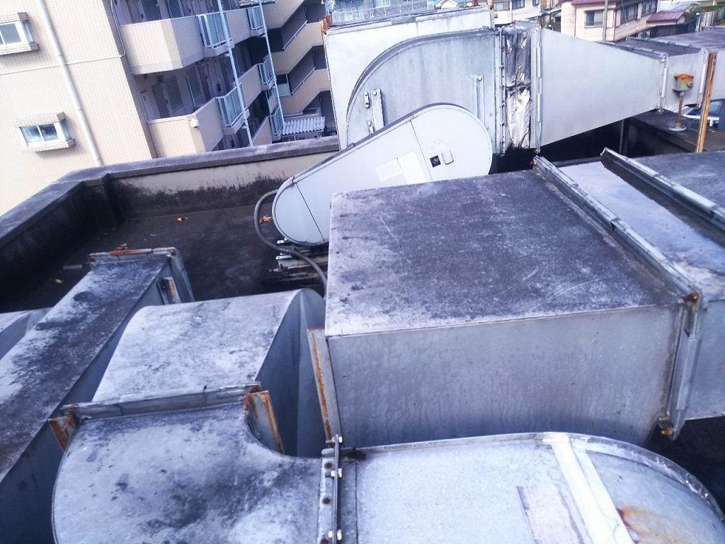 大きな室外機が立ち並ぶ屋上