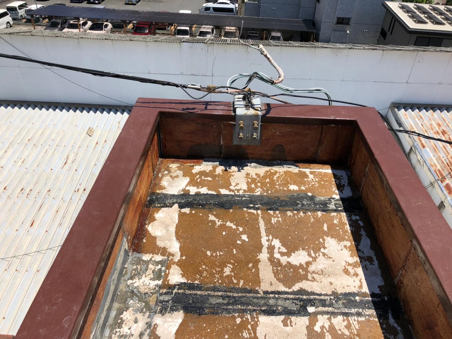 劣化した塔屋の屋上