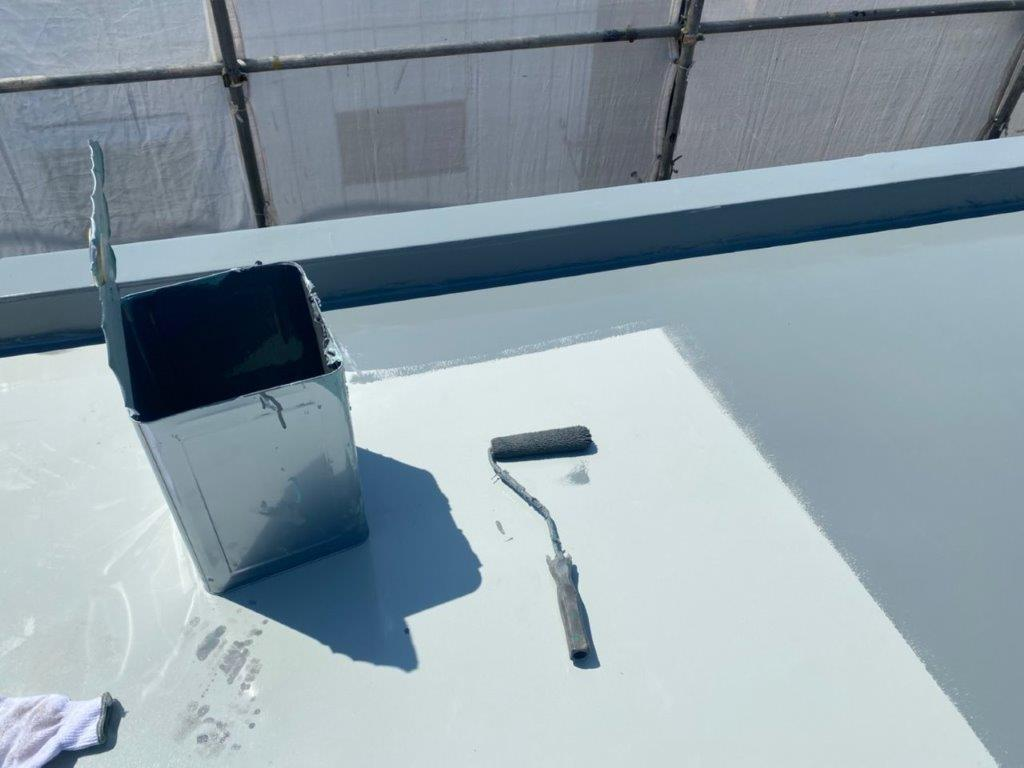 屋上へのトップコート塗装