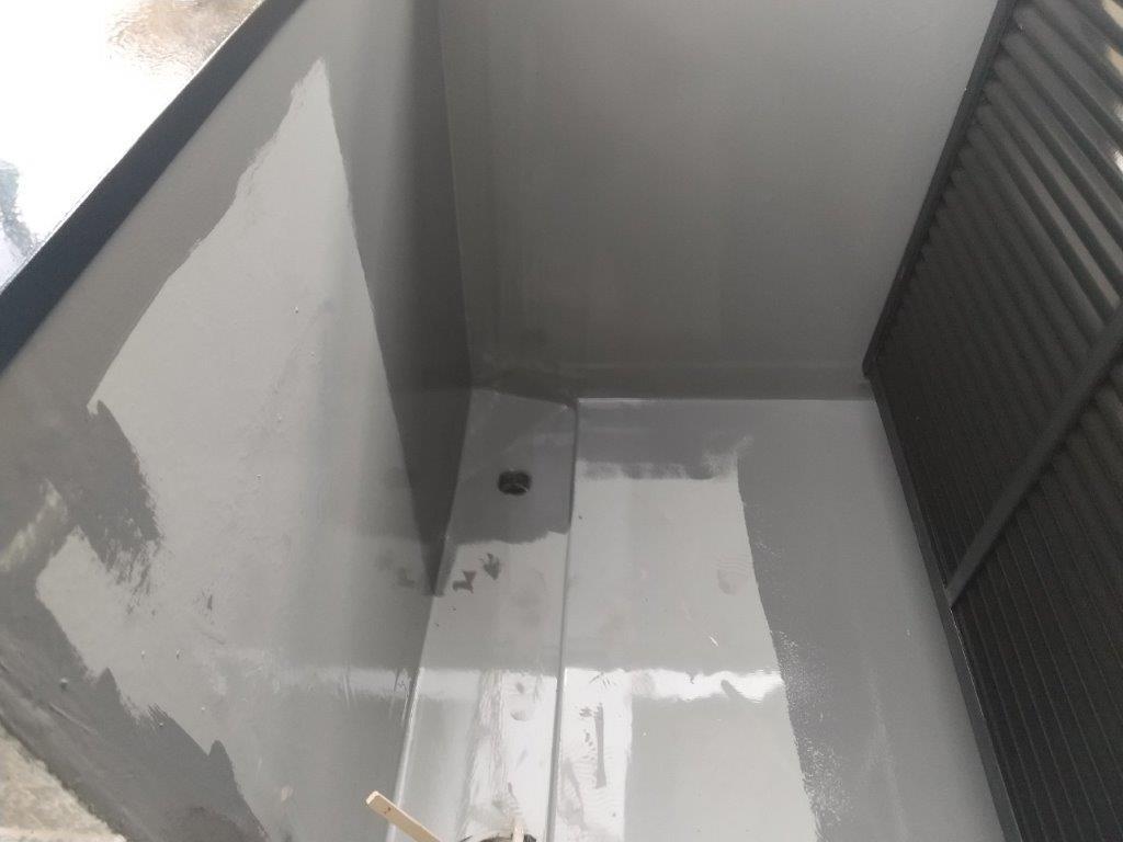 立ち上がり・側溝へトップコートの塗装
